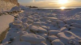 Koude Oostzee in de winter met ijzig strand stock videobeelden