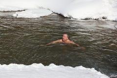 Koude opleiding, mens die in de Belokurikha-Rivier zwemmen Overgenomen - 11 Maart, 2017 op Altai-Grondgebied, Belkurikha-stad, Ru Royalty-vrije Stock Foto's