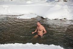 Koude opleiding, mens die in de Belokurikha-Rivier zwemmen Overgenomen - 11 Maart, 2017 op Altai-Grondgebied, Belkurikha-stad, Ru Stock Foto