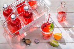Koude orangeade in fles met citrusvruchten stock foto