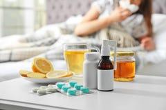 Koude remedies en zieke vrouw stock foto