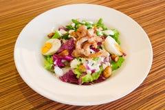 Koude salade met eieren en kippenvlees Stock Afbeelding