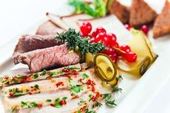 Koude snack met vlees en kruiden stock fotografie