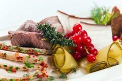 Koude snack met vlees en kruiden stock afbeelding