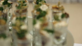 Koude snacks in een glaskop met room en kruiden, onduidelijk beeld stock footage