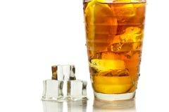 Koude thee met ijsblokje Stock Foto's