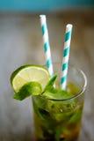 Koude theecocktail met ijs en stro aan boord Stock Afbeelding