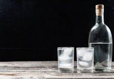 Koude wodka in geschotene glazen op een zwarte achtergrond Royalty-vrije Stock Afbeelding