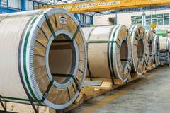 Koudgewalste staalrollen die alvorens aan machine te voeden wachten Royalty-vrije Stock Foto