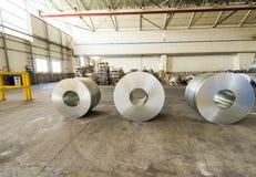 Koudgewalste staalrollen op opslaggebied klaar om aan machine te voeden Stock Afbeeldingen