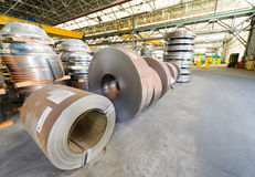 Koudgewalste staalrollen op opslaggebied klaar om aan machine te voeden Stock Fotografie