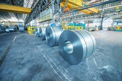 Koudgewalste staalrollen op opslaggebied klaar om aan machine te voeden Stock Foto's