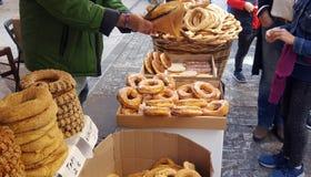 Koulouri greco dei bagel al venditore ambulante a Atene, Grecia immagini stock libere da diritti