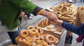 Koulouri greco dei bagel al venditore ambulante a Atene, Grecia fotografie stock
