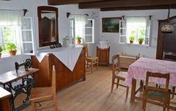 KOURIM - 24. MAI: Innenraum des Dorfhauses vom 18. Jahrhundert Lizenzfreie Stockfotos