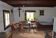 KOURIM - 24 MAI : Intérieur de maison traditionnelle de village 24 MAI 2014 Images stock