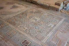 KOURION, CYPRUS/GREECE - LIPIEC 24: Mozaiki podłoga w ruinach przy zdjęcia stock