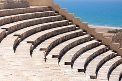 KOURION, CYPRUS/GREECE - LIPIEC 24: Wznawiający ampitheatre w zdjęcia stock