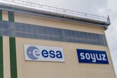 KOUROU, FRANZÖSISCH-GUAYANA - 4. AUGUST 2015: Horizontale Versammlungs- und Verarbeitungsanlage am Soyuz-Produkteinführungs-Kompl lizenzfreies stockbild