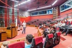 KOUROU, FRANZÖSISCH-GUAYANA - 4. AUGUST 2015: Reiseführer und Touristen in Jupiter-Zentrale in der Mitte räumliches Guyanais stockfotografie