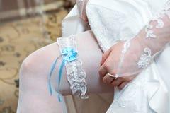 Kouseband op been van bruid Stock Afbeeldingen