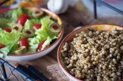 Kouskous en slasalade, tomaten en olijven Royalty-vrije Stock Afbeeldingen