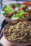 Kouskous en slasalade, tomaten en olijven Stock Foto's