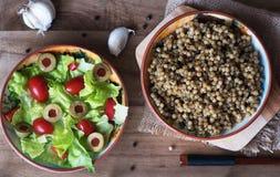 Kouskous en slasalade, tomaten en olijven Royalty-vrije Stock Fotografie