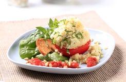 Kouskous gevulde tomaat stock fotografie