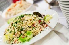 Kouskous met groenten met verse kruiden worden versierd dat royalty-vrije stock afbeelding