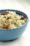 Kouskous met rozijnen, noten en koriander Stock Afbeeldingen