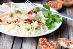 Kouskous met zeevruchten, droge tomaten, avocado en Stock Afbeelding
