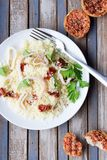 Kouskous met zeevruchten, droge tomaten, avocado en Royalty-vrije Stock Foto's