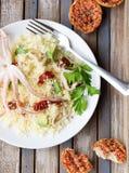 Kouskous met zeevruchten, droge tomaten, avocado en weinig toost Stock Foto's