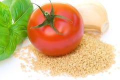 Kouskous, tomaat, basilicum, en knoflook Royalty-vrije Stock Fotografie