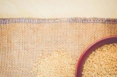 kouskouskorrels in een bruine porseleinkom Stock Afbeeldingen