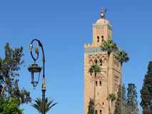 Koutoubia清真寺和它美丽的尖塔在马拉喀什摩洛哥 免版税图库摄影