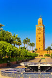 Koutoubia清真寺的尖塔在晚上光的马拉喀什 免版税库存图片
