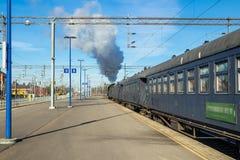 Kouvola Finland - April 18, 2019: Det gamla ?ngadrevet Ukko-Pekka l?mnar stationen p? morgonen royaltyfri bild