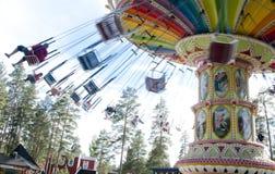Kouvola Finland 7 Juni 2016 - rida gungakarusellen i rörelse i nöjesfältet Tykkimaki royaltyfria bilder