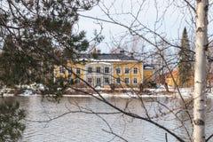 KOUVOLA FINLAND - MARS 21, 2019: Härligt träRabbelugn säteri - Takamaan Kartano Det Wrede familjhuset byggdes i 1820 på royaltyfri foto