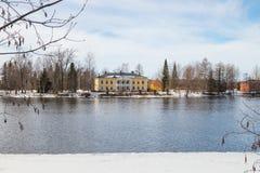 KOUVOLA FINLAND - MARS 21, 2019: Härligt träRabbelugn säteri - Takamaan Kartano Det Wrede familjhuset byggdes i 1820 på arkivbilder