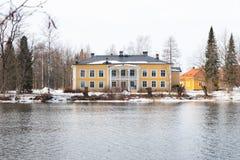 KOUVOLA FINLAND - MARS 21, 2019: Härligt träRabbelugn säteri - Takamaan Kartano Det Wrede familjhuset byggdes i 1820 på royaltyfria foton