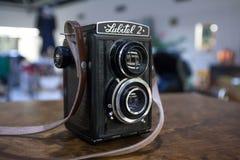 KOUVOLA, FINLANDIA - 1º DE NOVEMBRO DE 2018: Câmera Lubitel da lente do gêmeo do vintage na tabela foto de stock royalty free
