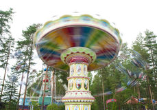 Kouvola, Finlandia 7 2016 Czerwiec - Jedzie Huśtawkowego Carousel w ruchu w parku rozrywki Tykkimaki fotografia royalty free