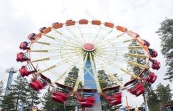 Kouvola, Finlandia 7 de junho de 2016 - monte a empresa no movimento no parque de diversões Tykkimaki foto de stock royalty free