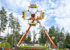 Kouvola, Finlandia 7 de junho de 2016 - monte o lutador do laço no movimento no parque de diversões Tykkimaki imagens de stock royalty free