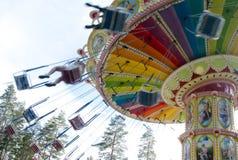 Kouvola, Finlandia 7 de junio de 2016 - monte el carrusel del oscilación en el movimiento en el parque de atracciones Tykkimaki fotografía de archivo libre de regalías
