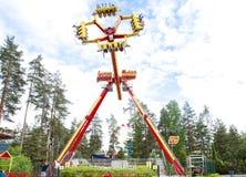 Kouvola, Finlandia 7 de junio de 2016 - monte el combatiente del lazo en el movimiento en el parque de atracciones Tykkimaki foto de archivo libre de regalías
