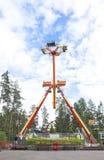 Kouvola, Finlandia 7 de junio de 2016 - monte el combatiente del lazo en el movimiento en el parque de atracciones Tykkimaki imágenes de archivo libres de regalías